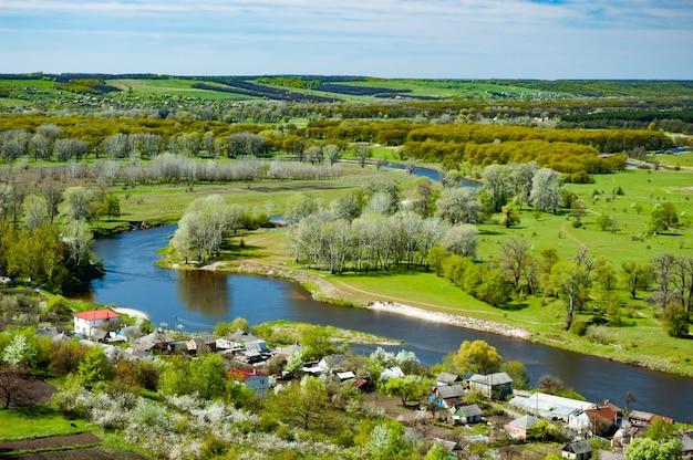 Panorama encantadora da vila e do rio