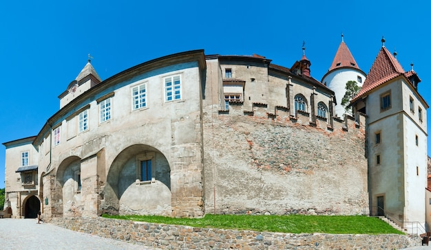Panorama histórico do castelo krivoklat medieval (república tcheca, boêmia central, perto de praga). imagem composta de quatro tiros.