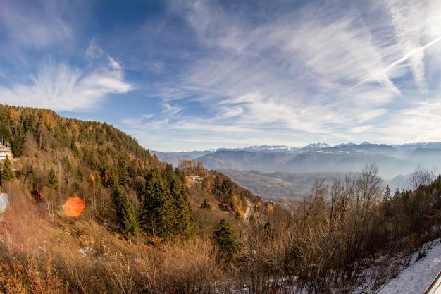 Panorama italiano da floresta e montanhas