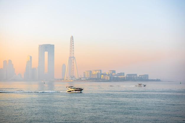 Panorama matinal da marina de dubai ao nascer do sol com barcos no mar