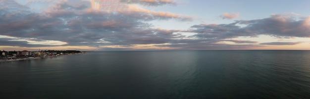 Panorama matinal do mar e da cidade no litoral.