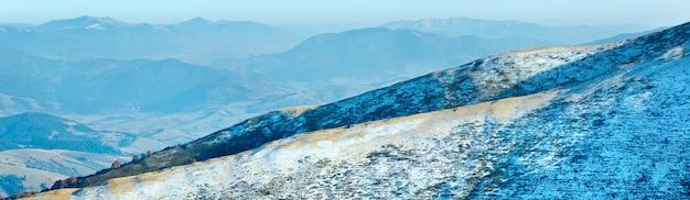 Panorama montanhoso do outono com a primeira neve do inverno (cárpatos, ucrânia).