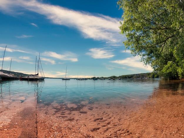 Panorama no lago de manhã