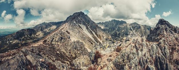 Panorama paisagem montanhosa contra o céu azul nuvem