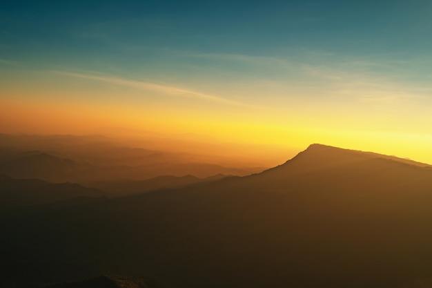 Panorama paisagem paisagem montanha com pôr do sol e céu azul