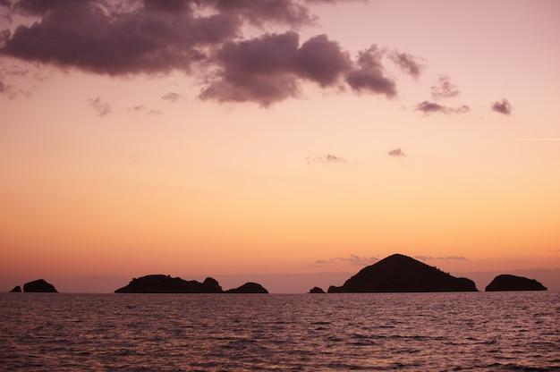 Panorama. pôr do sol sobre as montanhas e o mar