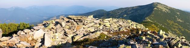 Panorama rochoso da montanha (região de gorgany das montanhas dos cárpatos, ucrânia). imagem composta de quatro tiros.