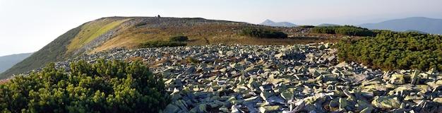 Panorama rochoso da montanha (região de gorgany das montanhas dos cárpatos, ucrânia). imagem composta de três tiros.