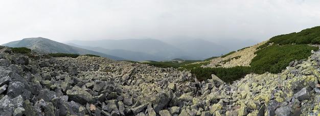 Panorama rochoso e nublado da montanha (região de gorgany das montanhas dos cárpatos, ucrânia). imagem composta de cinquenta tiros.