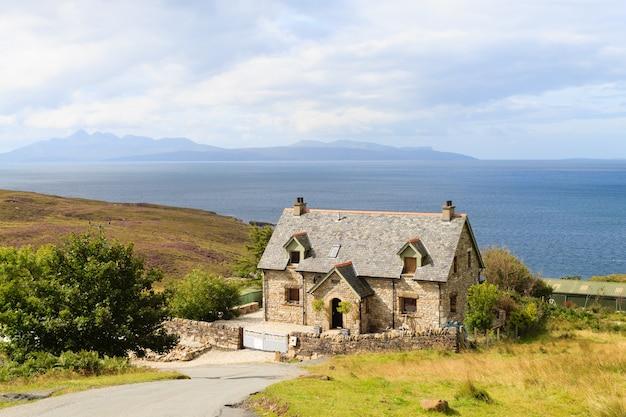 Panorama rural da escócia. casa da região das terras altas.