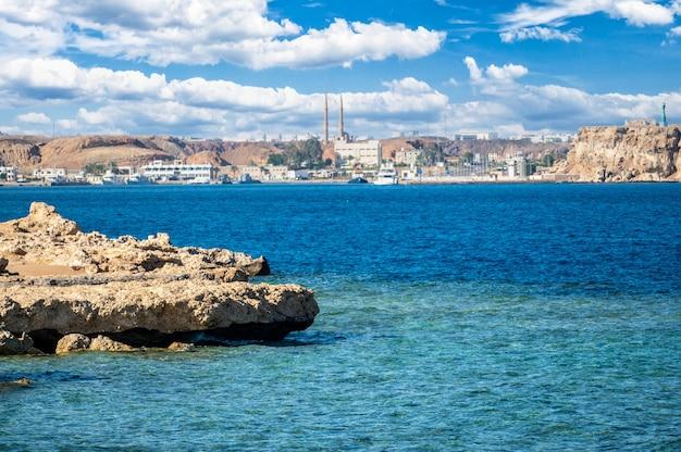 Panorama sharm el sheikh do mar. bela vista do mar da cidade resort na península do sinai