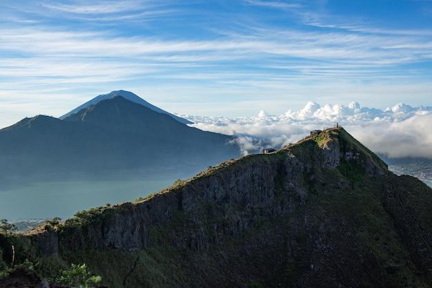 Panorama. templo nas nuvens no topo do vulcão batur. bali, indonésia
