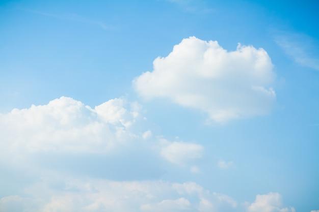 Panorama tiro de céu azul e nuvens em dias de bom tempo