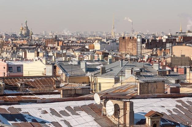 Panorama urbano de telhados no inverno de são petersburgo.