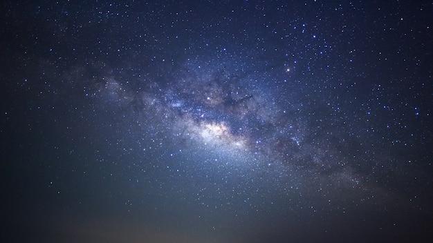 Panorama via láctea galáxia com estrelas e poeira espacial no universo