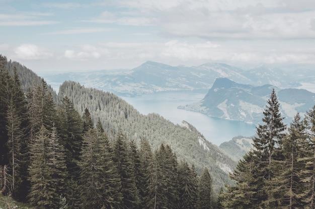 Panorama view od lucerne lago e cena de montanhas em pilatus de lucerna, suíça, europa. paisagem de verão, clima ensolarado, céu azul dramático e dia ensolarado