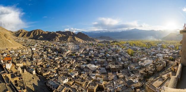 Panorama vista da cidade de leh no outono e montanha no fundo com a luz solar