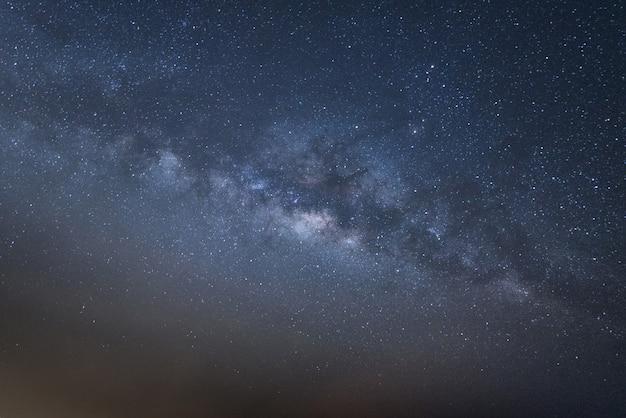 Panorama vista universo espaço tiro da via láctea com estrelas no céu noturno