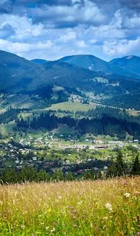 Panorama xxl das montanhas dos cárpatos perto de verkhovyna
