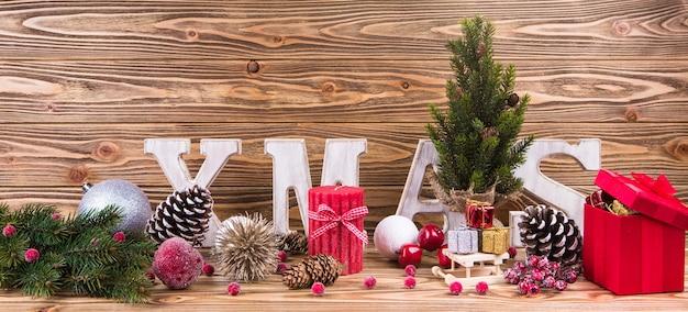 Panorâmica de natal com bolas e presentes de natal, velas