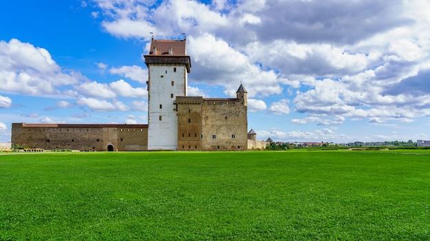Panorâmica do castelo medieval em narva, estônia, com céu nublado.