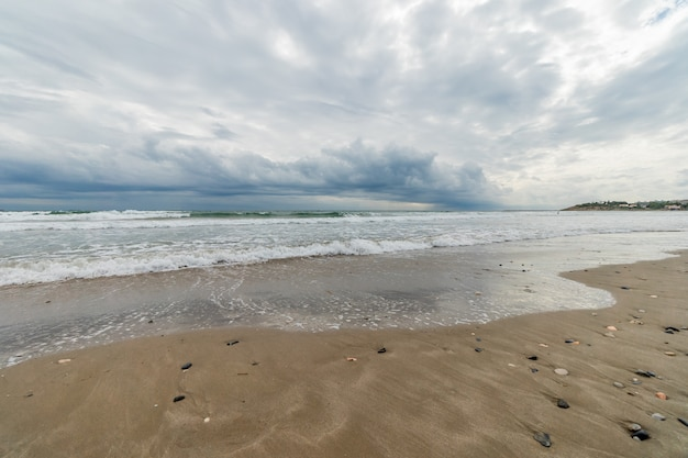 Panorâmica do céu tempestuoso na praia