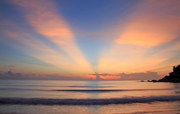 Panorâmico dramático tropical vívido pôr do sol céu e mar