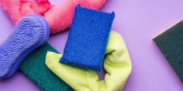 Panos de limpeza, esponjas