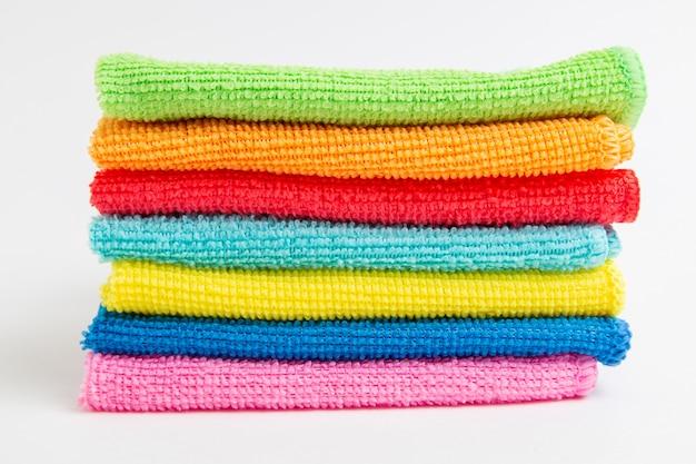 Panos de microfibra coloridos em um branco
