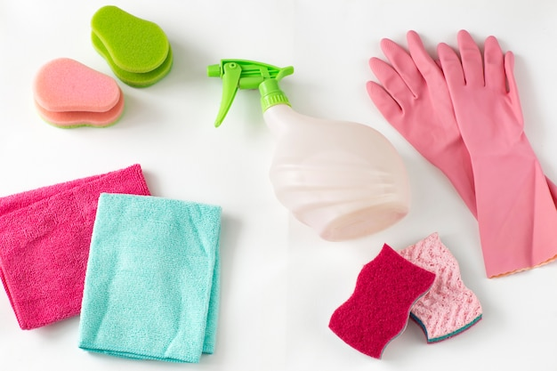 Panos, esponjas, luvas descartáveis e um spray