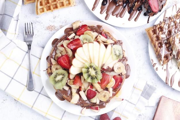 Panqueca com chocolate e frutas