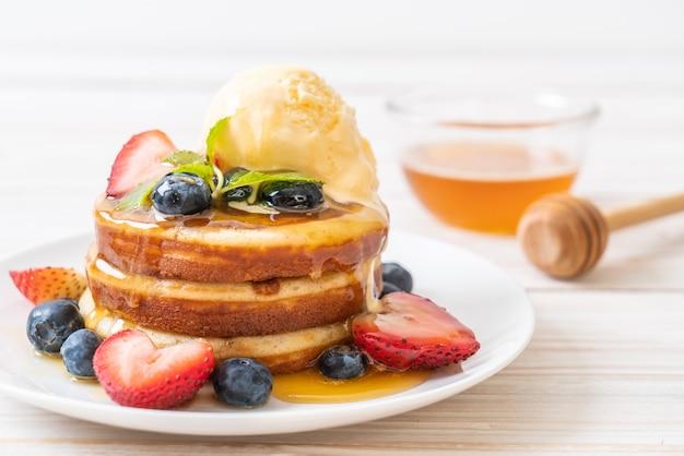 Panqueca com mirtilos, morangos, mel e sorvete de baunilha