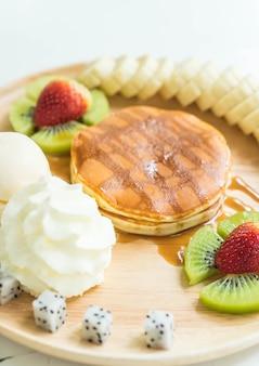 Panqueca com sorvete de baunilha e frutas