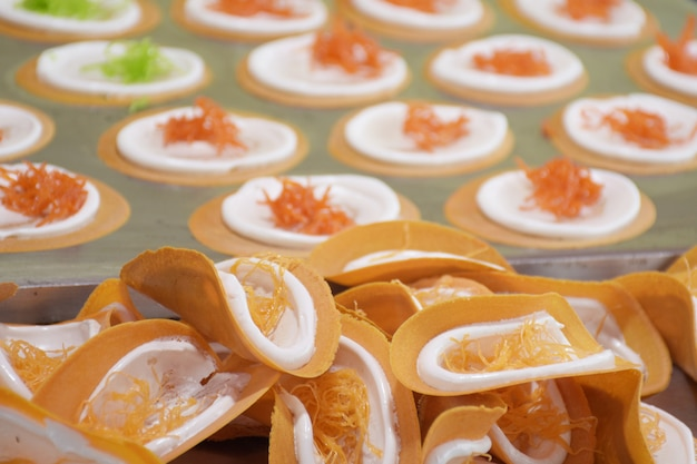 Panqueca crocante tailandesa para lanches consiste em farinha de ovo, coco, vegetais, creme e tapioca.