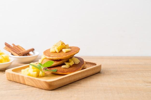 Panqueca de maçã ou crepe de maçã com canela em pó