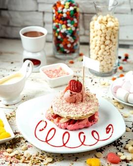 Panqueca de morango coberta de bolas de chocolate e sorvete