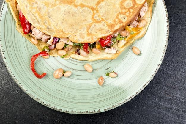 Panqueca de trigo sarraceno com feijão branco, pimentão vermelho e amarelo, salsa e frango