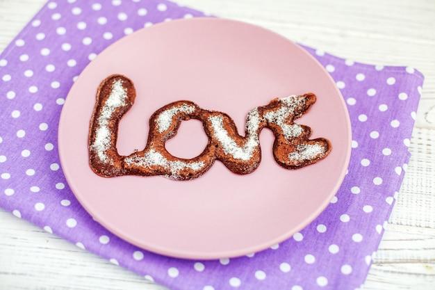 Panqueca deliciosa do chocolate em uma placa. açúcar em pó.