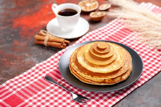 Panqueca deliciosa e uma xícara de café