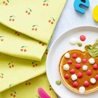 Panqueca infantil no café da manhã, em forma de morango divertido