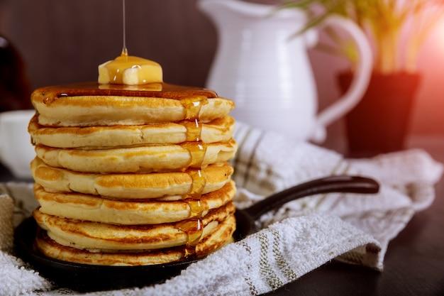 Panqueca um delicioso calda de café da manhã.