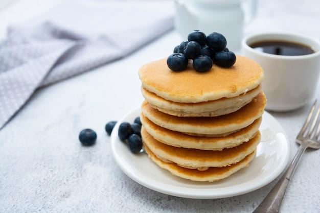 Panquecas americanas com mirtilos, café da manhã ou lanche, isolado no branco