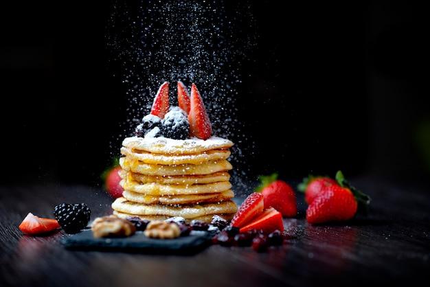 Panquecas americanas, panquecas com calda, sobremesa doce, açúcar e morangos