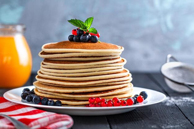 Panquecas assadas caseiras com frutas frescas e hortelã verde no delicioso café da manhã