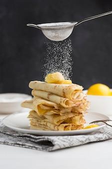 Panquecas cobertas com açúcar de confeiteiro