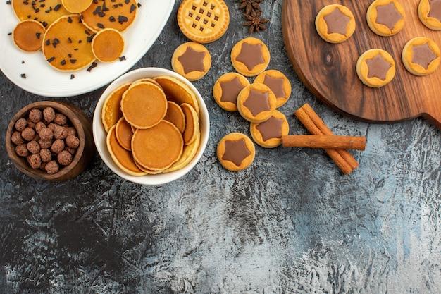 Panquecas com biscoitos e cereais em cinza