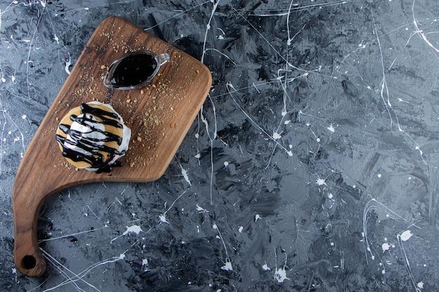 Panquecas com cobertura de chocolate e chantilly na placa de madeira.