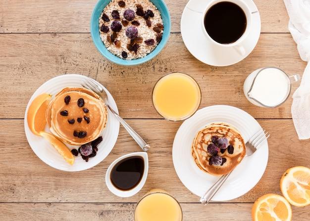 Panquecas com frutas café e suco de laranja