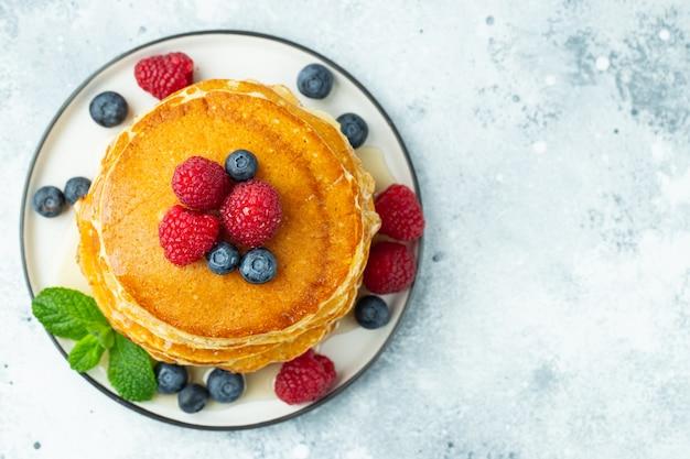 Panquecas, com frutas frescas e mel