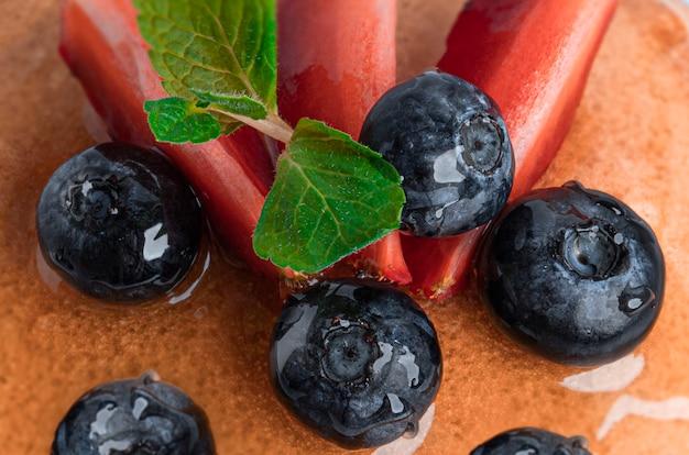 Panquecas com frutas isoladas.